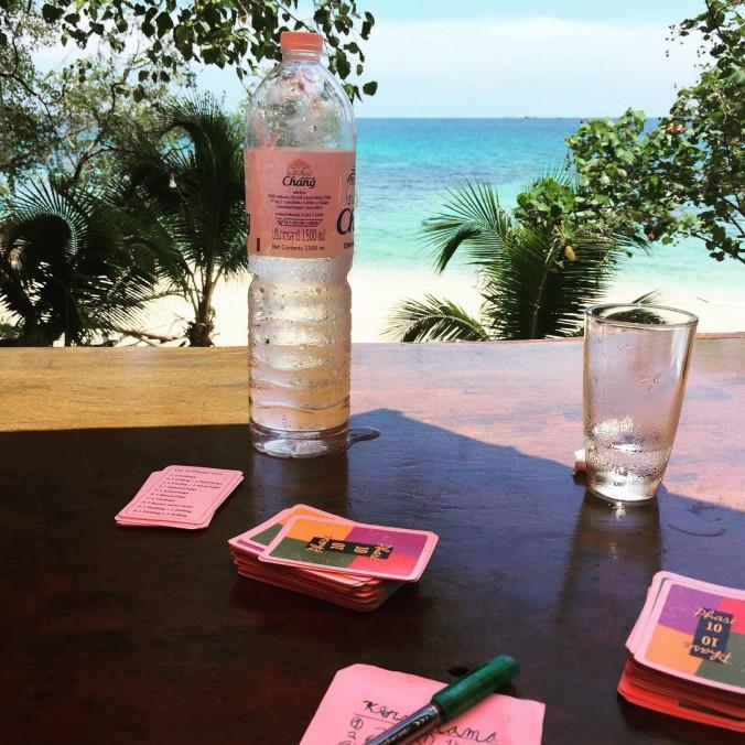 Blick auf Meer, Kartenspiel im Vordergrund